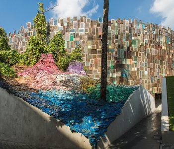 Арт-инсталляция из резиновых шлепанцев германской художницы Лиины Клаусс на острове Бали